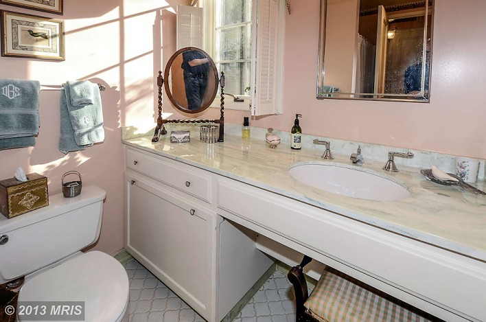 5918-Cedar-realtor-in-bathroom-mirror